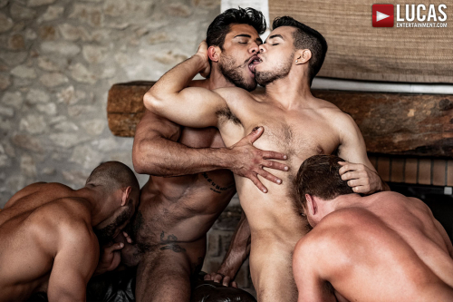 Muscle dudes kiss while receiving blowjobs